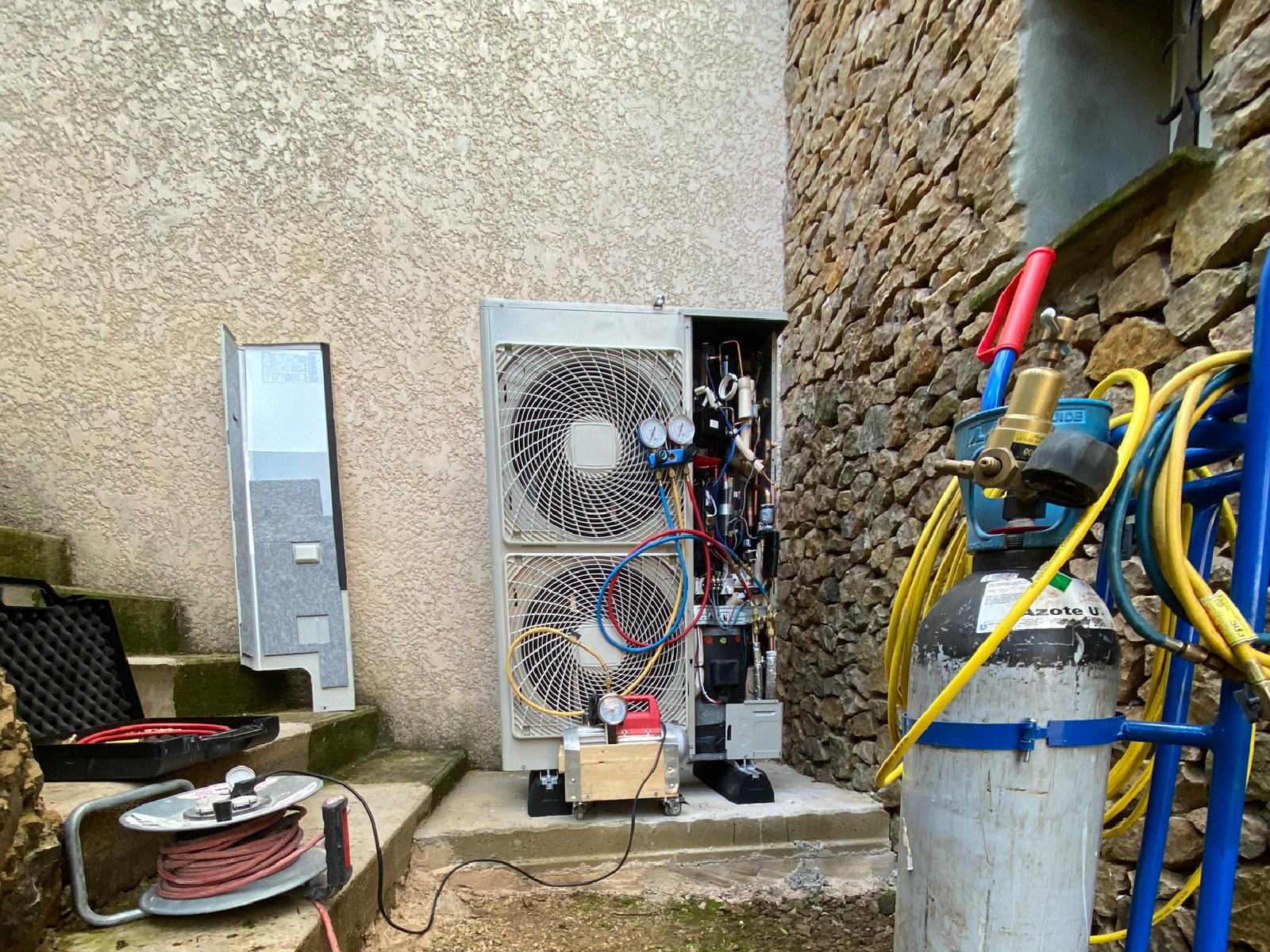 Remplacement d'une chaudière fioul par une pompe à chaleur sur un chantier sur Laval Pradel